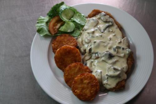 Champignonsrahmschnitzelmit Rösti und Salatteller